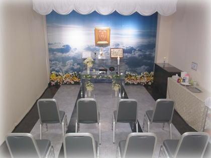 天空が広がるスクリーンにクリア花祭壇が並ぶお別れ室|福井ペット火葬ペット葬儀社おおぞら